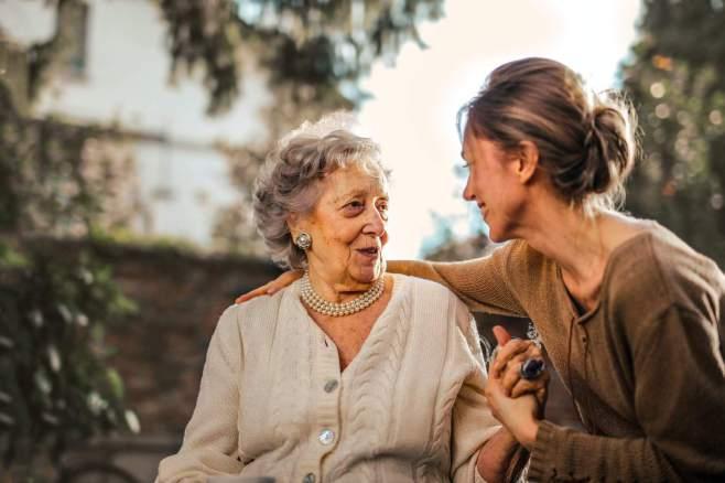 Alte und junge Frau im Gespräch über Thromboseprophylaxe